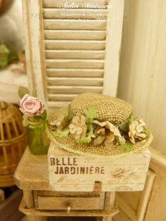 Chapeau rétro miniature vert vieilli, Fleurs blanches et galon vert, Accessoire de mode de collection pour maison de poupée, échelle 1/12 by AtelierMiniature on Etsy