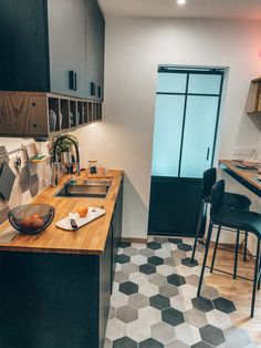 Transformation and layout of this cozy and warm black IKEA kitchen. It is made in two parts, the cooking side and the sink space. Blue Kitchen Designs, Small Kitchen Layouts, Kitchen Sets, Home Decor Kitchen, Black Ikea Kitchen, Küchen Design, House Design, Sweet Home, Leroy Merlin