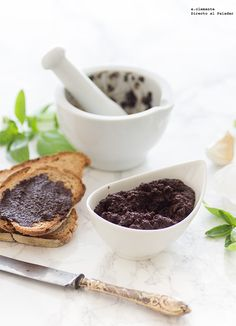A la hora del aperitivo nada más práctico que unas tostadas de un buen pan y una tapenade de aceitunas negras como la que os traigo hoy para un buen picoteo....