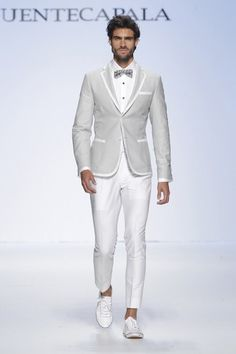 Fuentecapala con este traje para la playa o un destino meramente caluroso Men's Tuxedo Wedding, Wedding Suits, Tuxedo Suit, Tuxedo For Men, Mens Fashion Suits, Mens Suits, Groom And Groomsmen Looks, Style Costume Homme, Beaded Wedding Gowns