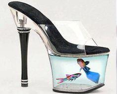 zapato con pecera incluida. No deberías andar mucho con estos tacones y la plataforma porque marearás a los peces