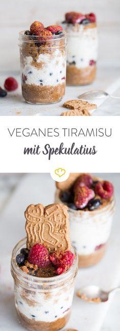 n deinem Glas weihnachtet es sehr und das, dank der köstlichen Spekulatiusschicht. Dazu kommen Beeren und Sojajoghurt und fertig ist dein veganes Tiramisù!