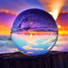 Glazen bol op het strand