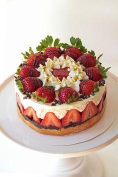 Erdbeer-Mascarpone-Torte, ein sehr leckeres Rezept mit Bild aus der Kategorie Sommer. 314 Bewertungen: Ø 4,6. Tags: Backen, Frucht, Frühling, Sommer, Torte