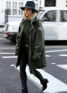 Buying a parka coat should be an easy task especially as there are hundreds of options out there and so many different styles. Here are some tips when buying the perfect parka coat. I Love Fashion, Daily Fashion, Fashion Mode, Fashion Story, Paris Fashion, Style Fashion, High Fashion, Mode Style, Style Me