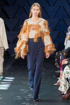 See all the Collection photos from Roksanda Spring/Summer 2018 Ready-To-Wear now on British Vogue Catwalk Fashion, Vogue Fashion, Fashion Week, London Fashion, Fashion Ideas, Fashion Inspiration, Design Inspiration, Spring Summer 2018, Spring Summer Fashion
