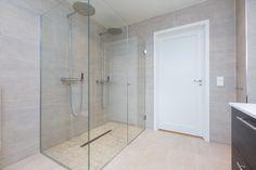 Dobbel dusj med glassvegger Bathtub, Bathroom, Tips, Velvet, Standing Bath, Washroom, Bath Tub, Advice, Bath Room
