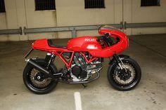 Italian red, Ducati Sport 1000S #CafeRacer - From Triumphbikes. de. Línea Sport de los 70. Esta #Ducati cuenta con semicarenado y unas bonitas llantas de radios | caferacerpasion.com