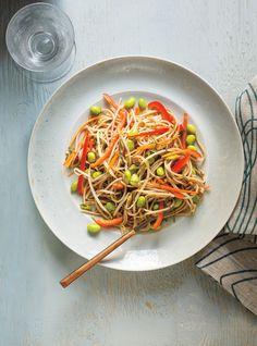 Recette de Ricardo de salade de nouilles soba, d'edamames, de poivrons rouges et de fèves germées