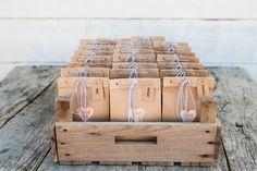 Leuke goodiebags als bedankjes voor je gasten, vul de kraftzakjes met wat je maar wil.  Trouw trendy #bruidsfotografie