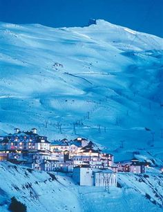 Sierra Nevada posee las mayores altura de Andalucía con más de 20 picos que sobrepasan los 3.000 metros. En la imagen , estación de esquí de Sierra Nevada. (Archivo Entropía www.entropia.es) Os invitamos a visitar:   http://revista.destinosur.com/pdf57/biosfera.pdf http://www.turismohumano.com/boletines/82.html www.marcaparquenatural.com