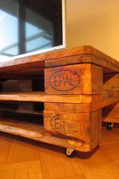 Zum Verkauf steht ein Designer Sideboard/ TV Regal aus Massivholz.Das Sideboard wurde aus rustikalen Europaletten…