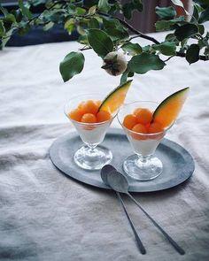 真っ白な杏仁豆腐の上に丸くくりぬいたメロンをのせて。ラッパのように広がったグラスのラインとトッピングされたメロンのスライスがよく合っています。
