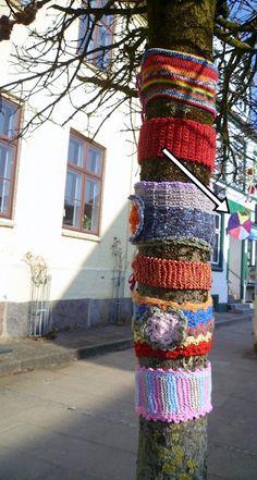 Tree fashion on the streets Crochet Yarn, Knitting Yarn, Tree Poem, Funny Paintings, Yarn Bombing, Autumn Trees, Artist At Work, Decay, Creative Ideas