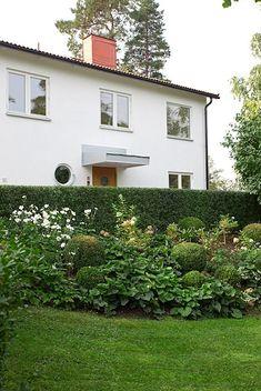Modern styling in garden. Bauhaus, Modern Architecture, Beautiful Homes, Entrance, 19th Century, Villa, Studio, Facade, Building