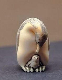 NETSUKE PENGUINS Small Sculptures, Animal Sculptures, Japanese Culture, Japanese Art, Art Chinois, Art Japonais, Ceramic Studio, Tiny Treasures, Bone Carving