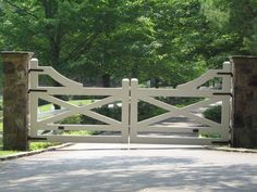 5 Awesome Farmhouse Driveway Entrance Gate Ideas Decoredo With Color Combinations. Tor Design, Fence Design, Driveway Design, Front Gates, Entry Gates, Driveway Entrance, Farm Entrance Gates, Wood Driveway Gates, Fence Gates