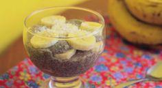 Deliciosa e super leve, a receita de pudim de chia do canal Presunto Vegetariano leva banana, leite de coco, leite de amêndoas, canela, açúcar demerara e chia. Para completar, você pode colocar coco picado por cima.