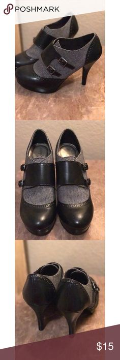 """♠️Perfect & Classy 7 1/2 Black/Gray Pumps♠️ These adorable """"secretary-esque"""" pumps are so classy and cute! They are very comfortable and the heel is a perfect height for long hours on your feet! Shoes Heels"""