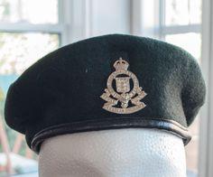 Beret militaire de l'armée canadien du Royal Corps Canadian Ordnance de la boutique 3rvintages sur Etsy Military Beret, Captain Hat, Boutique, Hats, Fashion, Moda, Hat, La Mode, Fasion