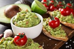 The best guacamole recipe, tips on how to prepare and gourmet dishes to make eating avocados more interesting. Ever heard of guacamole pizza? Oh yeah Healthy Foods To Eat, Healthy Dinner Recipes, Avocados From Mexico, Avocado Benefits, Avocado Hummus, Mashed Avocado, Homemade Guacamole, Hummus Recipe, Avocado Recipes