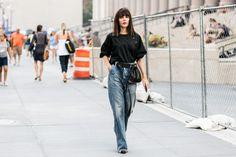 Street style à la Fashion Week printemps-été 2017 de New York jeans large flare