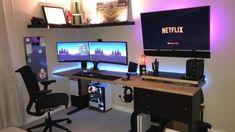 Quarto gamer com setup de duas telas e TV