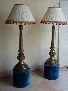 Paire de grandes lampes par jacques Garcia, bronze doré, soie, passementerie