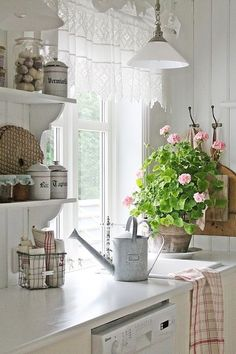 Shabby chic kitchen white cottage style Ideas for 2019 Cottage Kitchens, Home Kitchens, Cozinha Shabby Chic, Vibeke Design, Cottage Living, Küchen Design, Design Layouts, Interior Design, Creative Design