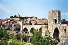 Besalú con su emblemático Puente Viejo