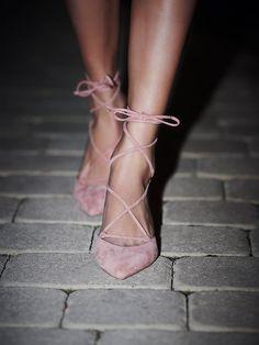 Sapato clássico, amarração tornozelo.