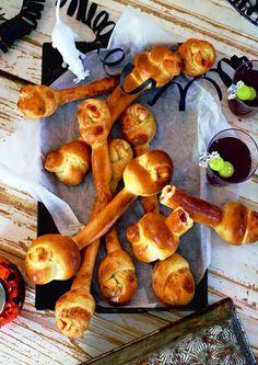 """""""Knusprige Pizza-Knochen"""" Mit Tomate, Salami und Käse gefüllt, ein gefundenes Fressen für hungrige Werwölfe und Vampire burdafood.net/Oliver Brachat #halloween http://www.daskochrezept.de/meine-familie-und-ich"""