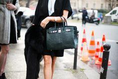 Un Birkin de Hermès se pasea orgulloso por París. Exhibe esa seguridad aplastante de quién conoce bien el terreno.