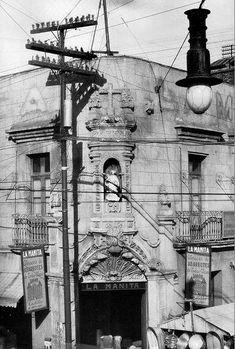 La fachada del inmueble ubicado en la esquina de Jesús María y la Plaza Alonso García Bravo, en el barrio de La Merced, alrededor de 1928. Esta construcción de origen colonial es conocida como