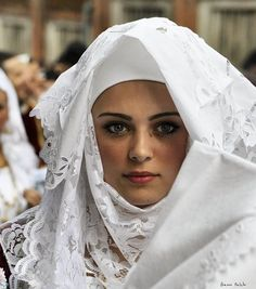 Sardinian People, Most Beautiful Dresses, Sardinia Italy, Folk Costume, Religious Art, World Cultures, Traditional Dresses, Pretty, Beauty