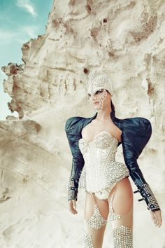 Photography: Luis Beltrán /Styling: Angel Cabezuelo Design: Manuel Albarán MUA: Fatima Ariouri Model: Sara de Antonio #beauty #fashion #photography #fotografia # model # modelo #españa #plumas #desert #beach #editorial