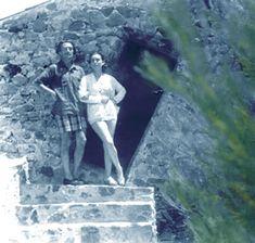 Salvador Dalí fotografiado con una amiga en la puerta de la Barraca d'en Dalí