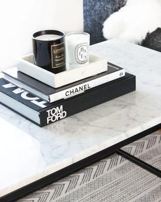 Carrara Marmor Couchtisch - Best Home Decor List Coffee Table Styling, Cool Coffee Tables, Decorating Coffee Tables, Books On Coffee Table, Coffee Table Tray, Coffee Table Decorations, Coffee Table Candles, Marble Top Coffee Table, Decoration Chic