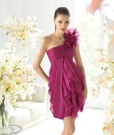 Vestido magenta con detalles de flor y volúmenes al frente para damas de boda
