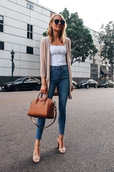Block Heels Outfit, Heels Outfits, Outfit Jeans, Mode Outfits, Jean Outfits, Chic Outfits, Casual Heels Outfit, Tan Sandals Outfit, Womens Jeans Outfits