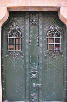 What an awesome doors.  Entryways say so much about the home.  Love it.  Berlin, Germany