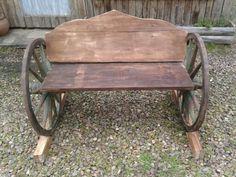 Banco com roda de carroça de madeira de demolição