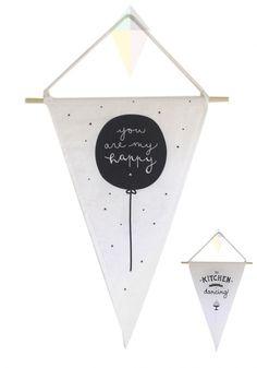 Wall Flag Happy - Kitchen Dubbelzijdige katoen muur vlag Om een beetje liefde aan de muur te brengen in je huis.  Tekst: You are my happy & This kitchen is made for dancing Afmetingen: 32 x 51 cm - € 14,95