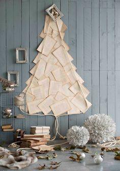 Arbol de navidad con hojas de papel reciclado.