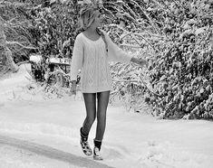 Девушка зимой , девушка в зимнем лесу, деревья в снегу, чб