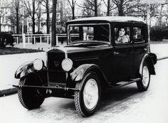 La Peugeot 201. Sortie: 1929. Première voiture de la marque à utiliser la nomenclature à « 0 » central. Vendue à 142 309 exemplaires. Construite à Sochaux.