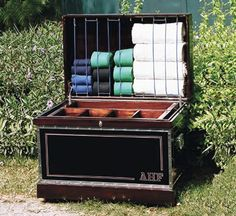 When I finally get a proper tack box, a bandage lid will be an essential feature. This one features strong elastic cord strung on a series of hooks so that the spacing can be changed to accommodate different storage needs.