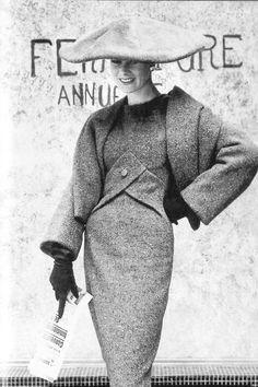 Зимой 1955-го Диор представляет коллекцию Y Line, основной темой которой становится расширенная линия плеча.