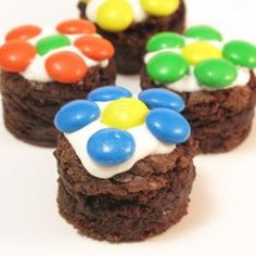 easy brownie daisies these decorations could apply to any cupcakes or even cookies...thanks for sharing