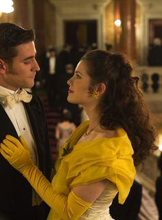 Oliver Jackson-Cohen as Jonathan Harker and Jessica De Gouw as Mina Murray inDracula (TV Series, 2013).